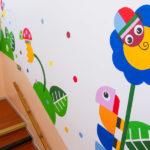 Krásné kresby na schodišti MŠ