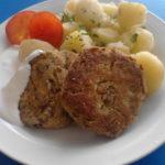 Čočkové biftečky s květákem, brambor, česnekový dresing