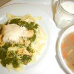 Těstoviny se špenátem, kuřecím masem a sýrem