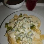 Brokolice se sýrovou omáčkou, těstoviny